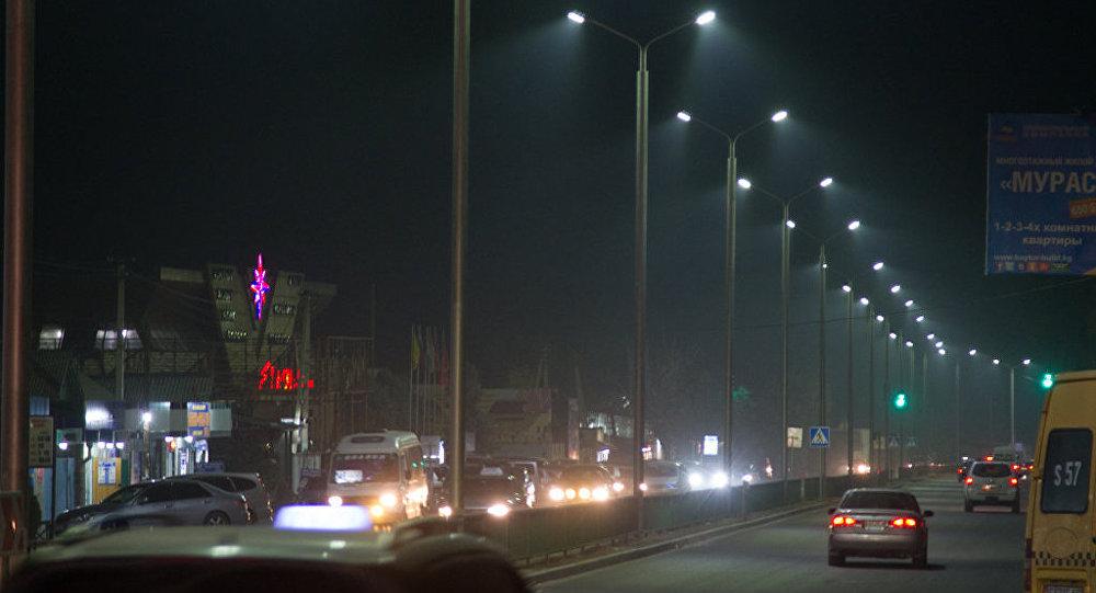 Автомобили на одной из улиц Бишкеке в ночное время. Архивное фото