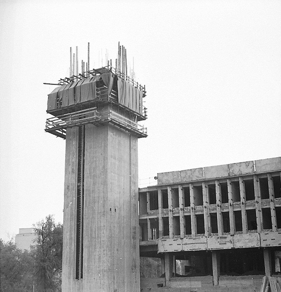Эта достопримечательность, построенная в 1984 году видна издалека. Монолитная башня с установленным в ней гигантских часовых механизмом  свидетельство дружбы народов СССР, так как была подарена некогда братской союзной республикой Армении. Сейчас башня составляет единый комплекс со зданием Кыргызтелекома, поэтому пройти вовнутрь башни без надлежащего разрешения невозможно.