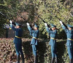 Коргоо министрлигинин алдындагы Жоокер эрдиги монументинин алдында 1999-2000-жылдары Баткен окуясына курман болгон жоокерлер эскерилип, митинг-реквием болуп өттү