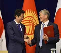 Глава правительства Японии Синдзо Абэ и президент Кыргызстана Алмазбек Атамбаев.