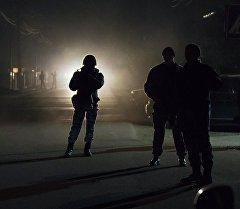Сотрудники правоохранительных органов Кыргызстана во время операции по поиску исламистов, приговоренных к пожизненному заключению за терроризм и бежавших из СИЗО. Архивное фото