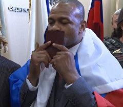 Боксер Рой Джонс поцеловал полученный паспорт гражданина РФ