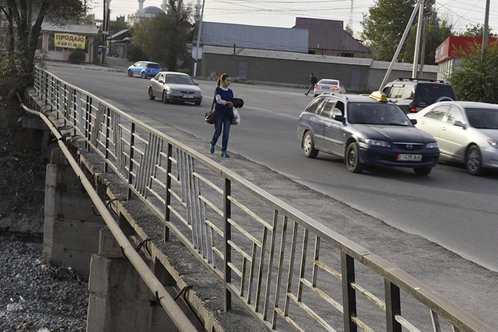Фрунзе — Набережная аймагындагы көпүрөдө айдоочулар менен жөө жүргөндөрдүн жолун асфальт менен эле ажыратып билбесе, эч кандай белгилер орнотулган эмес