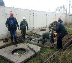 Кыргызэлектро ишканасынын кызматкерлери ремонт иштерин жүргүзүп жатат.