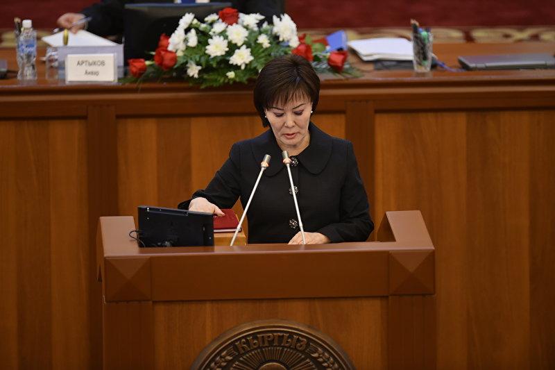 Гульшат Асылбаева, депутат от фракции Онугуу — Прогресс, на первом заседании Жогорку Кенеша 6-го созыва.