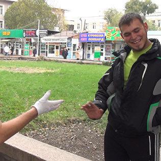 Трудно ли вызвать улыбку у бишкекчан — соцэксперимент с мимом
