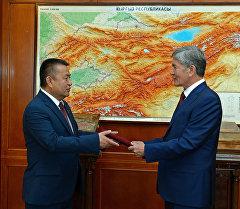 Мамлекет жетекчиси Алмазбек Атамбаев аталган фракциянын лидери Чыныбай Турсунбековду кабыл алды.
