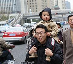 Жители Шанхая на одной из улиц города. Архивное фото