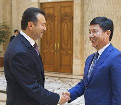 Темир Сариев на встрече со своим таджикским коллегой Кохиром Расулзодой.