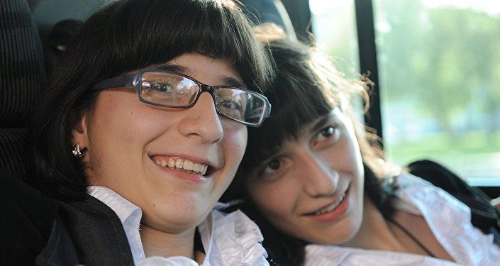 Разделенные сиамские близнецы Зита (слева) и Гита Резахановы. Архивное фото