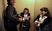 Известные разделенные сиамские близнецы Зита (вторая слева) и Гита (справа) Резахановы с матерью Зумрият Резахановой. Архивное фото