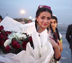 Темира Сариева в аэропорту Душанбе встретила девушка с цветами