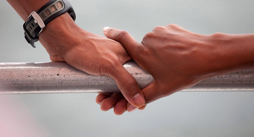 Пара держатся за руки. Архивное