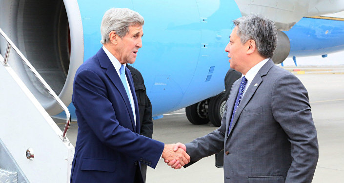 Государственный секретарь США Джон Керри и исполняющий обязанности министра иностранных дел Эрлан Абдылдаев.