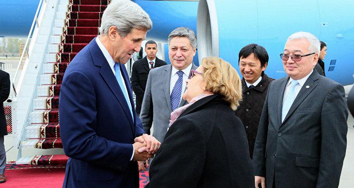 Государственный секретарь США Джон Керри и посол США в Кыргызстане Шейла Гуолтни