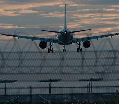 Самолет аэробус заходит на посадку в аэропорту. Архивное фото