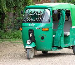 Трехколесная мототележка-такси(Тук-тук). Архивное фото