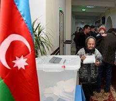 Избиратели на одном из избирательных участков в Баку во время парламентских выборов в Азербайджане.