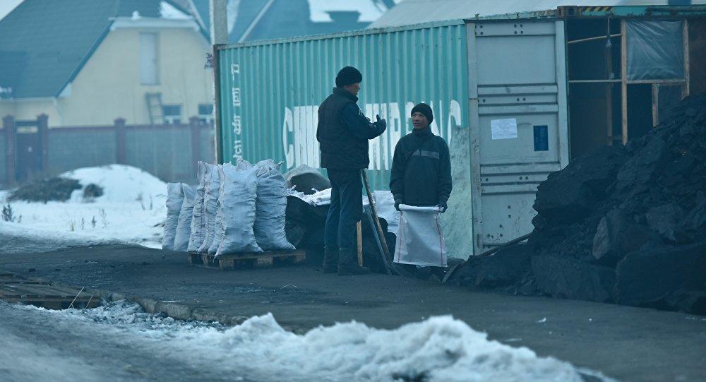 Продавцы угля в Бишкеке. Архивное фото