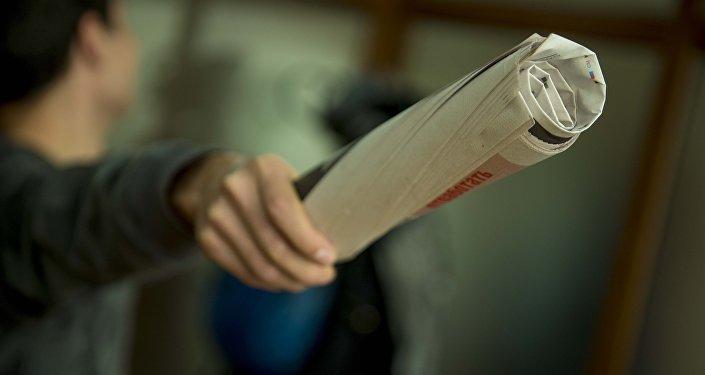 Газета кармаган киши. Архив