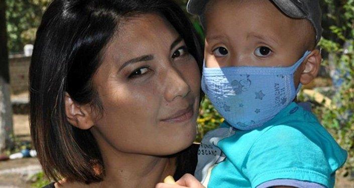 Динара Аляева с ребенком. Архивное фото