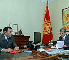 Алмазбек Атамбаев Коргонуу кеңешинин катчысы Темир Жумакадыровду кабыл алуу учурунда.