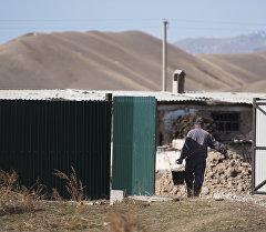 Мужчина с ведром в селе. Архивное фото