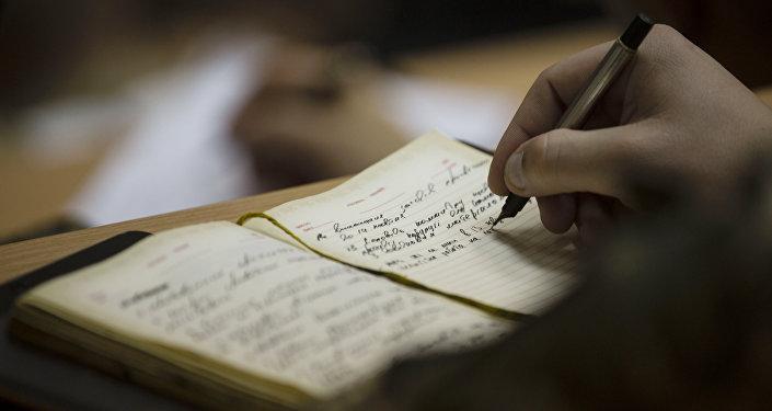 Запись в блокноте. Архивное фото