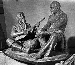 Токтогул Сатылганов менен Александр Затаевичтин скульптурасы. Архив