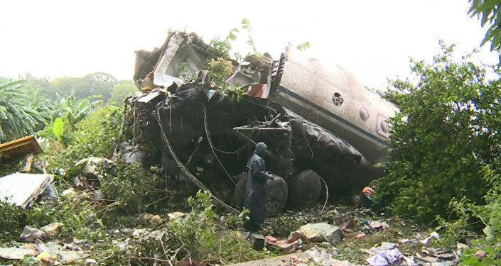 Военные на лодке доставили спасателей к месту крушения Ан-12 в Джубе