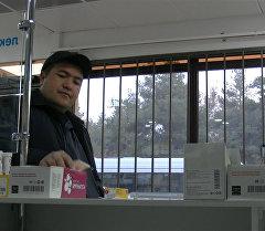 Бабушке не хватает на лекарство в аптеке — соцэксперимент в Бишкеке