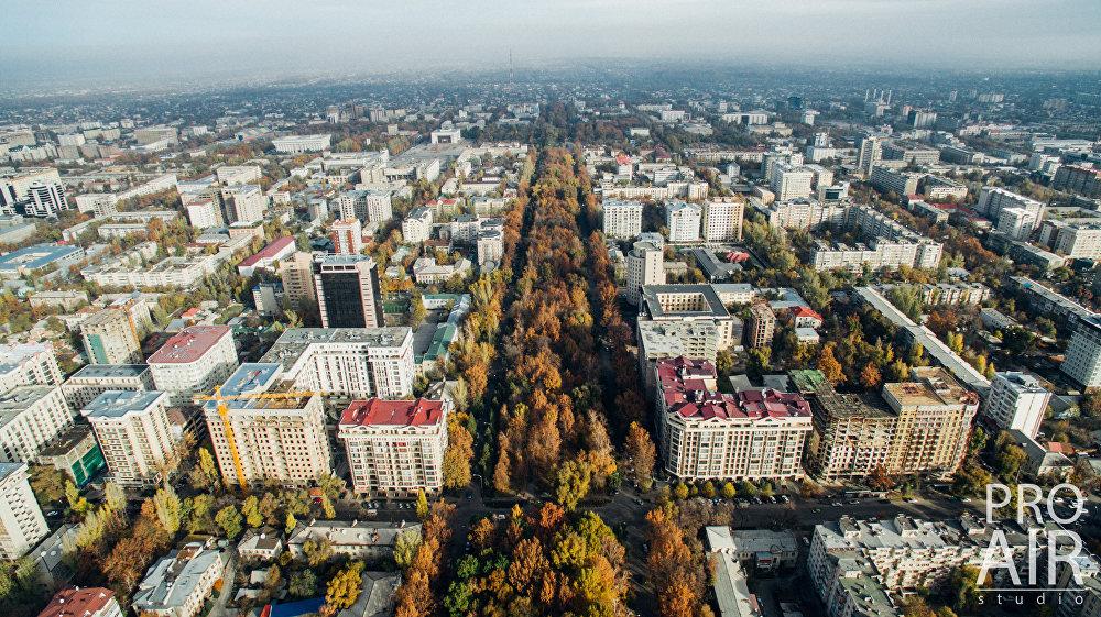 Знаменитая Дзержинка — проспект Эркиндик. Высота виднеющейся вдали телебашни составляет 193 метра