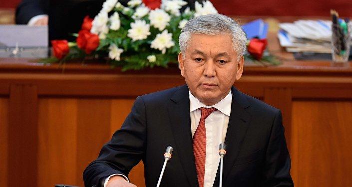 Иса Омуркулов (СДПК) — председатель Комитета по транспорту, коммуникациям, архитектуре и строительству.