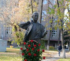 Памятник Геннадию Павлюку в Бишкеке. Архивное фото