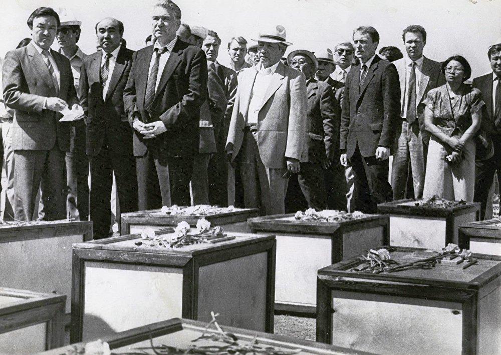 Респрессияга кабылган кыргыз интеллигенциясынын өкүлдөрүнүн сөөгүн Ата-Бейитке кайра көмүү учуру. 1991-жыл
