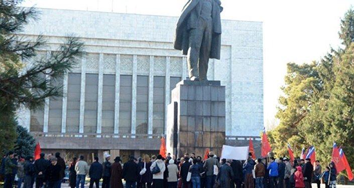 Коммунисты Кыргызстана провели ежегодный традиционный митинг в честь дня Великой Октябрьской Социалистической революции