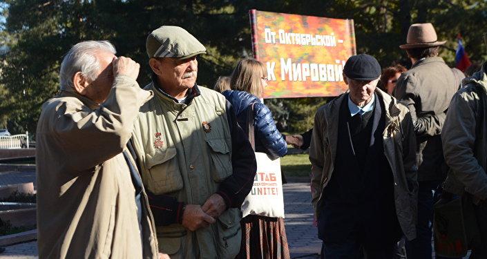 Участники митинга возложили цветы к памятнику Ленину и к бюсту лидера партии коммунистов КР Абсамату Масалиеву