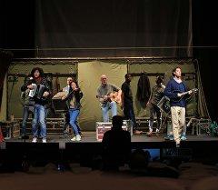 Артисты всемирно известного театра Глобус во время репетиции в Кыргызском драматическом театре имени Токтоболота Абдымомунова.