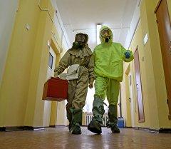 Медицинский персонал отрабатывает действия на случай поступления больных с подозрением на вирус Эбола. Архивное фото
