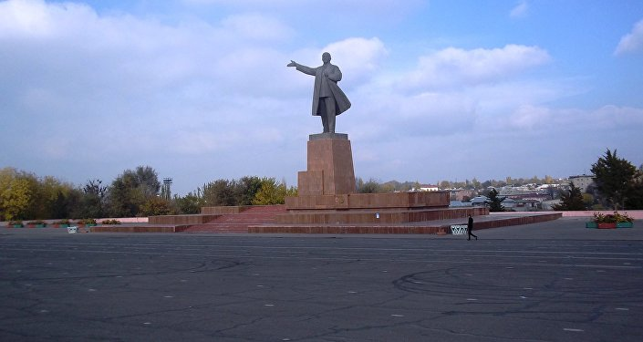 Мурдагы СССРдин курамындагы мамлекеттердин ичинен Кыргызстан гана Улуу октябрь революциясынын күнүн белгилейт. Ош шаары. Борбордук аянт. Лениндин эстелиги