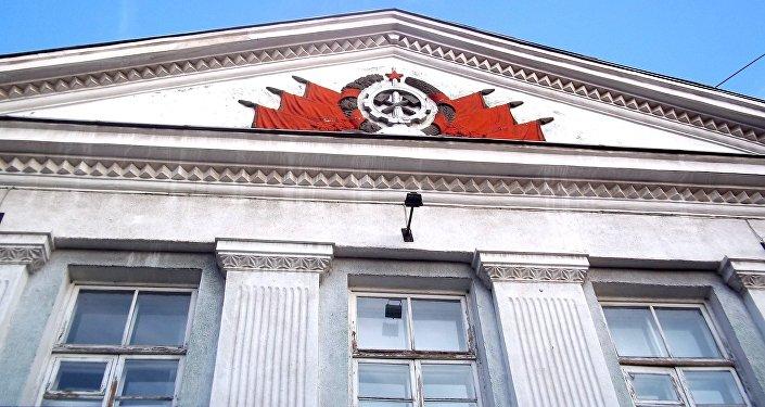 Советтер Союзунун символдору имараттардын чатырына кооздук үчүн да коюлган