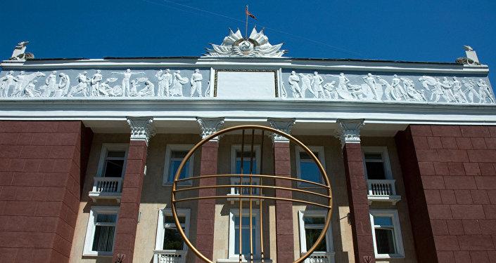 Бишкек шаарындагы Конституциялык палатанын имараты. СССР доорунда салынган имараттарда идеологиялык символикалар да чагылдырылган