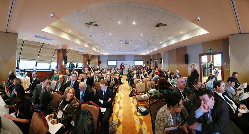 Участники Форума европейских и азиатских средств массовой информациив зале пленарного заседания. Архивное фото