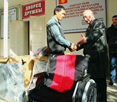 Россиянын Ош шаарындагы башкы консулу Александр Кудряшов коляска ыйгарып жатат.