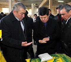 Премьер-министр Темир Сариев в ходе ознакомления с работой предприятия по переработке фасоли в Таласской области
