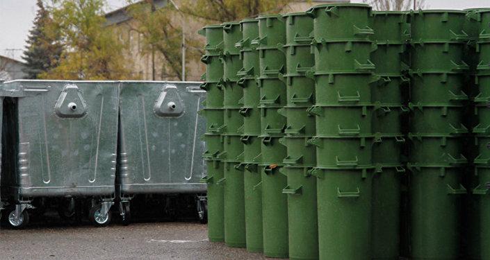 Мусорные контейнеры которые получила мэрия в рамках проекта ЕБРР.