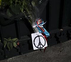 Цветы у посольства Франции. Архивное фото