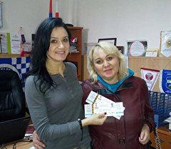 Маме мальчика-инвалида из Бишкека Алексею Лугину Федерация футбола традиционно вручила два билета, теперь уже на матч Кыргызстан — Иордания