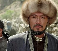 Алымбек датканы образын жаратуу менен калың элге таанылган актер Азиз Мурадиллаевдин архивдик сүрөтү