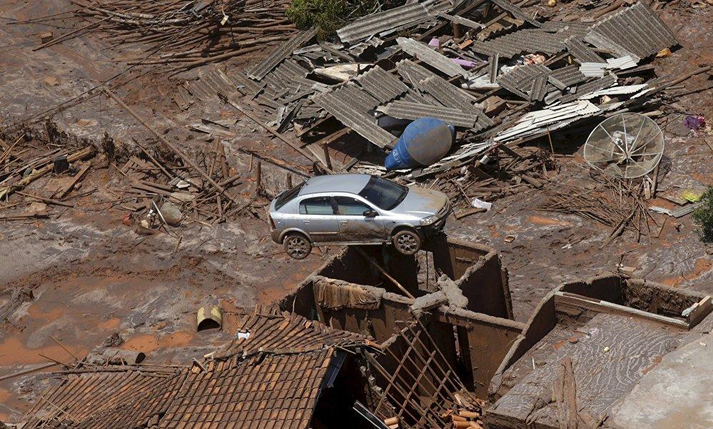Бразилиянын түштүк-чыгышындагы Минас-Жерайс штатындагы дамба бузулду. Жалпысынан 62 чакырым чарчы метр жер жана Досе дарыясынын 500 чакырымы булганды. Дамбанын бузулушунан 13 киши өлүп, 10 киши дайынсыз жоголгон. Экологдор келтирилген зыянды жоюу үчүн 100 жыл керектеле турганын айтышууда